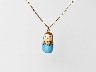 水色の服のひとネックレスの画像