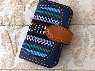 沖縄の織物とイタリアレザーの二つ折りキーケース ネイビー×キャメル (織物シリーズ)の画像