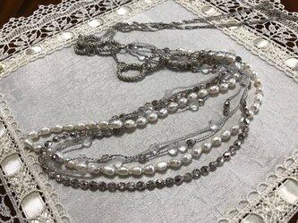 白い涼し気なロングネックレスの画像