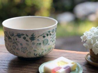 掻き落とし抹茶碗 — 水中花の画像