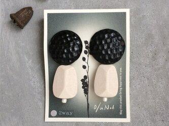 no/54 - Boco -ホワイトウッドビーズと黒の陶器の2wayイヤリングの画像