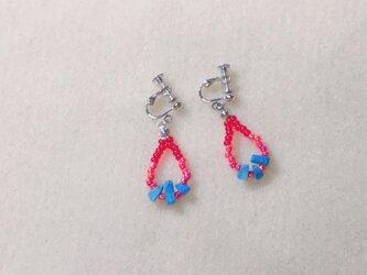 赤と青のイヤリングの画像