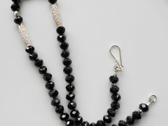 エスニックテイストのシルバーチューブとブラックスピネルのネックレスの画像