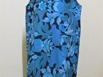 青い花のワンピースの画像
