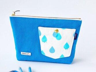 デザイナーズ生地で作った雨粒柄ポケットのマチ付きポーチ・本革使用(水色の帆布)の画像