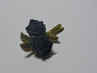蕾のブローチ・濃紺の画像