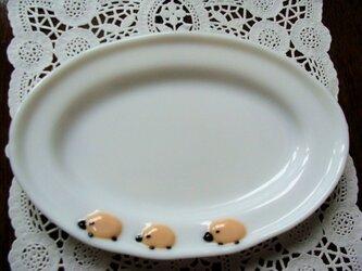 ガラスの楕円皿 三匹の羊の画像