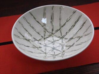 緑の竹かご模様の皿の画像