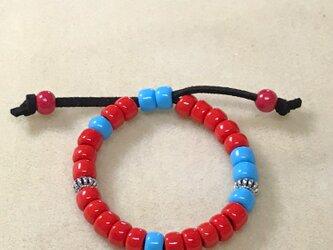 赤と青のガラスビーズのブレスレットの画像