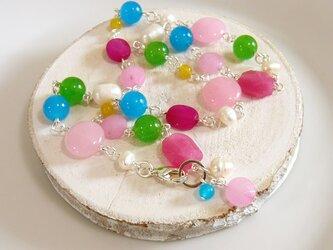 キャンディカラーな天然石と淡水パールのネックレスの画像