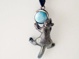 振り向き黒猫ペンダント ラリマーの画像