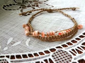 三つ編み&左上平結び&四つ組みの夏らしいマクラメブレスレットの画像
