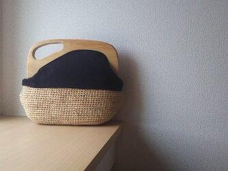 マダガスカル産ラフィアとヴィンテージ帆布の木工口金デザインバッグ(black)の画像
