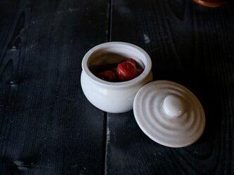 1600年創業 13代目職人 加藤さんのつくる甕(かめ)1合・白(蓋物・漬物入れ・調味料入れ)梅干し約7個ほど入りますの画像
