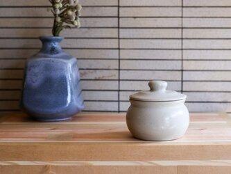 1600年創業 13代目職人 加藤さんのつくる甕(かめ)2合・白(漬物入れ・調味料入れ)梅干し約15個ほど入りますの画像