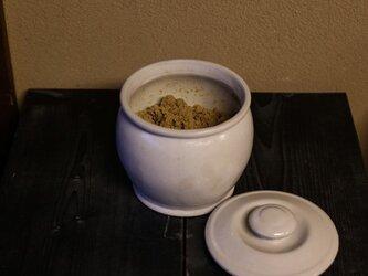 1600年創業 13代目職人 加藤さんのつくる甕(かめ)8合・白(味噌入れ・少量のぬか漬け)お味噌約1.2キロ入りますの画像