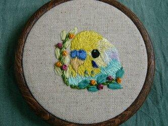 刺繍 セキセイインコ(パステルカラーレインボー) 壁掛け  鳥の画像