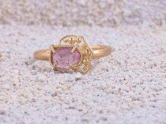 蔓草のリング(ピンクスピネル)の画像