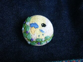 刺繍 セキセイインコ() ブローチ くるみボタン 鳥の画像