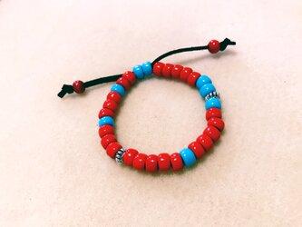 赤と青のガラスビーズのブレスレット Tの画像