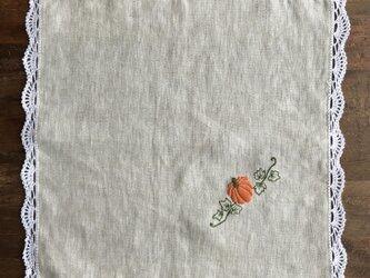 手刺繍とレースのリネンクロスの画像