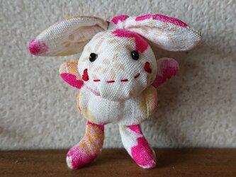 ウサギのぬいぐるみブローチ1の画像