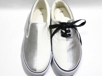 半分シルバーのスニーカー (紐靴とスリッポン)の画像