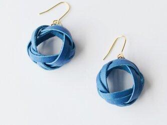 本革〈青〉ふんわり巻き編み ピアス・イヤリングの画像