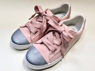 リボン風の太目な靴紐がポイント!ピンク x シルバーのバイカラースニーカーの画像
