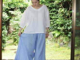 リネン、サックスブルーのワイドパンツの画像