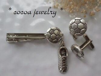 サッカーボールとスパイクのネクタイピンとカフスボタンのセットの画像