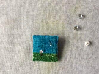 染色と刺しゅう 小さなブローチ 「花咲く日」の画像