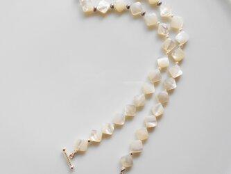 ホワイトシェルと淡水パールのネックレスの画像