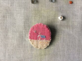 染色と刺しゅう 小さなブローチ 「いのり」の画像