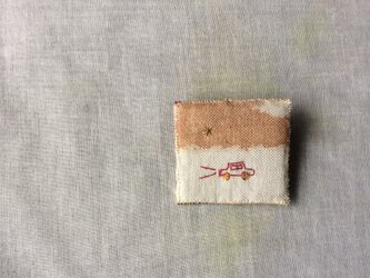 柿渋染めと刺しゅう 小さなブローチ 「drive」の画像