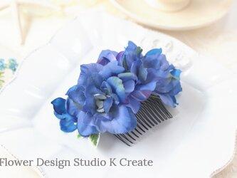 青いデルフィニュウムとアジサイのコーム アーティフシャルフラワー 青 ブルー 髪飾り 造花 おでかけの画像