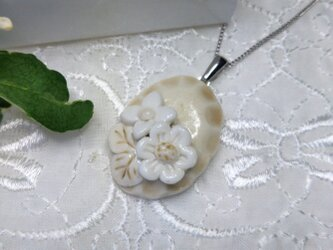 優しい小花の陶器ネックレスベージュ(磁器)の画像