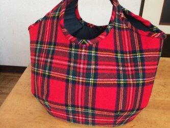 タータンチェックのコロンとしたバッグの画像