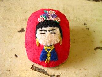 フリーダ・カーロ…(?)の女の子<布ブローチ(刺繍ブローチ)>の画像