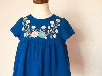 size90㎝ 刺繍チュニックワンピース ロイヤルブルー大きな花と小さな花の刺繍 の画像