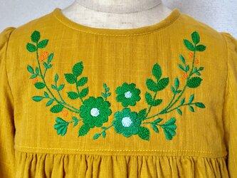 size100㎝ 刺繍チュニックワンピース 秋色の緑と橙の実の刺繍 の画像