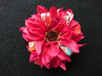 ダリアのコサージュ&髪飾り (ピンクレッド)の画像