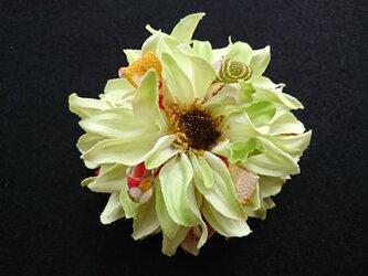 ダリアのコサージュ&髪飾り (ライトグリーン)の画像