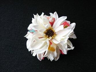 ダリアのコサージュ&髪飾り (ホワイト)の画像