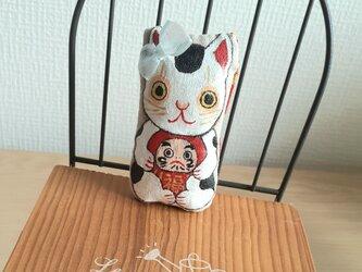 達磨さんを抱っこ招き猫(兄ちゃん猫)の画像