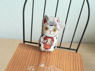 達磨さんを抱っこ招き猫(弟猫)の画像