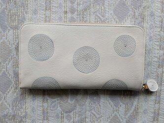 刺繍革財布『ぐるぐる』オフホワイト×暗い水色(牛革)ラウンドファスナーの画像