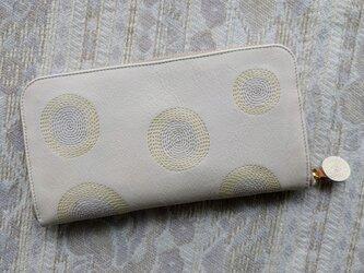 刺繍革財布『ぐるぐる』オフホワイト×ライトベージュ in ライトイエロー(牛革)ラウンドファスナー型の画像