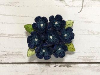 小花の手刺繍ブローチ(紺色)の画像