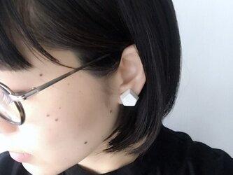 五角形 真っ白なイヤリングの画像